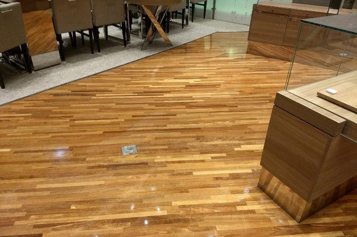 Vivara - Raspagem e aplicação de verniz Bona brilhante no piso da loja.